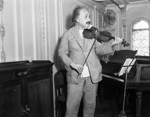 Albert Einstein Keman Çalarken...